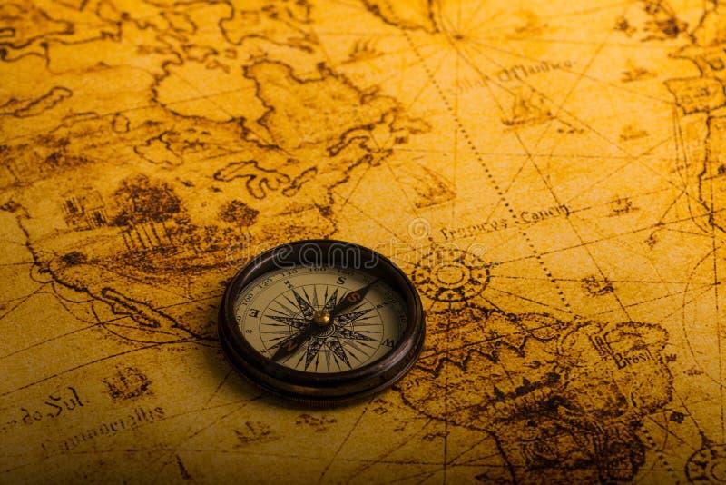 Retro- Kompass auf antiker Weltkarte stockbild