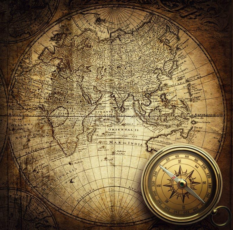 Retro- Kompass der alten Weinlese auf altem Kartenhintergrund stockfotos