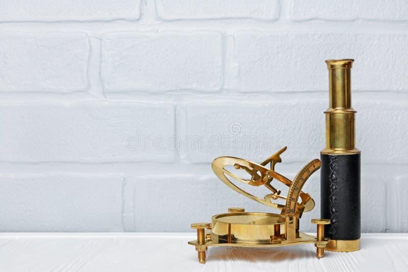 Retro- Kompass und Fernglas der alten Weinlese als Zubehör für angeredete Reise mit Kopienraum stockfotos
