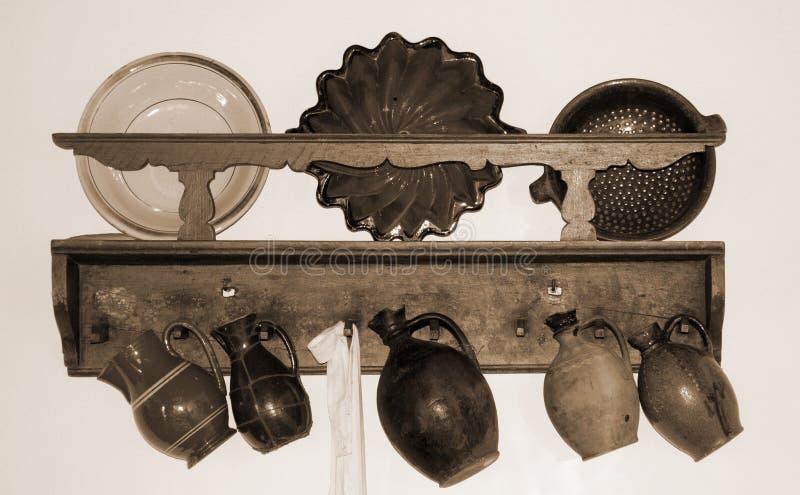 Retro- Krüge und Platten in einem alten Häuschen stockfotografie