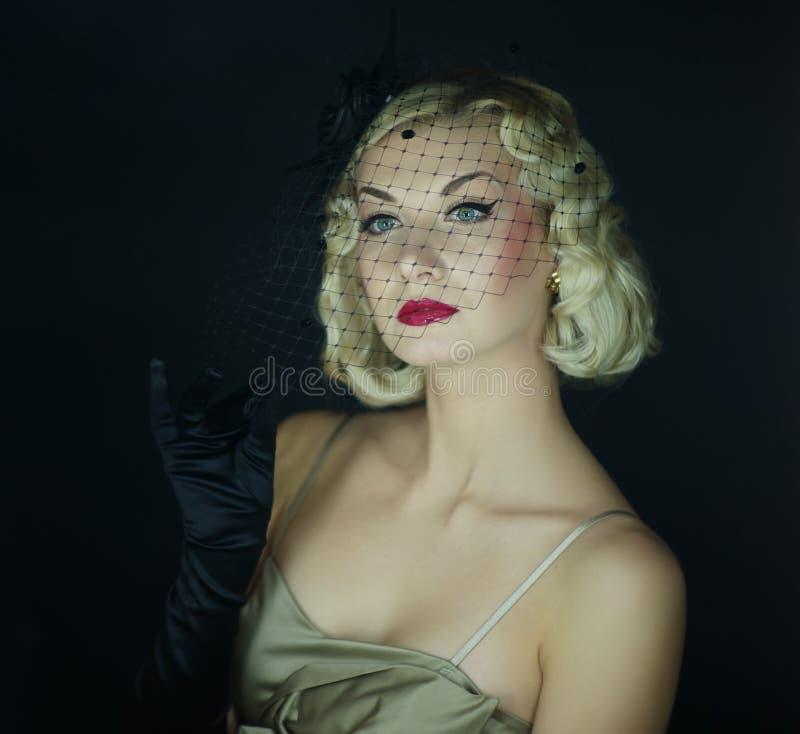 retro kvinna för härlig blond stående arkivbilder