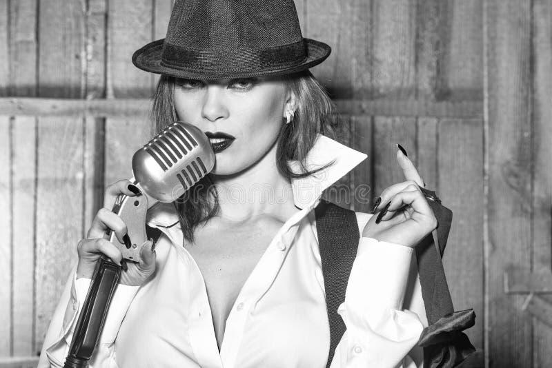 Retro kvinna som sjunger in i mikrofonen arkivfoto