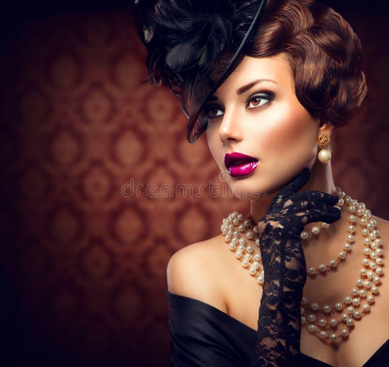 Retro kvinna. Tappning utformad flicka royaltyfri fotografi