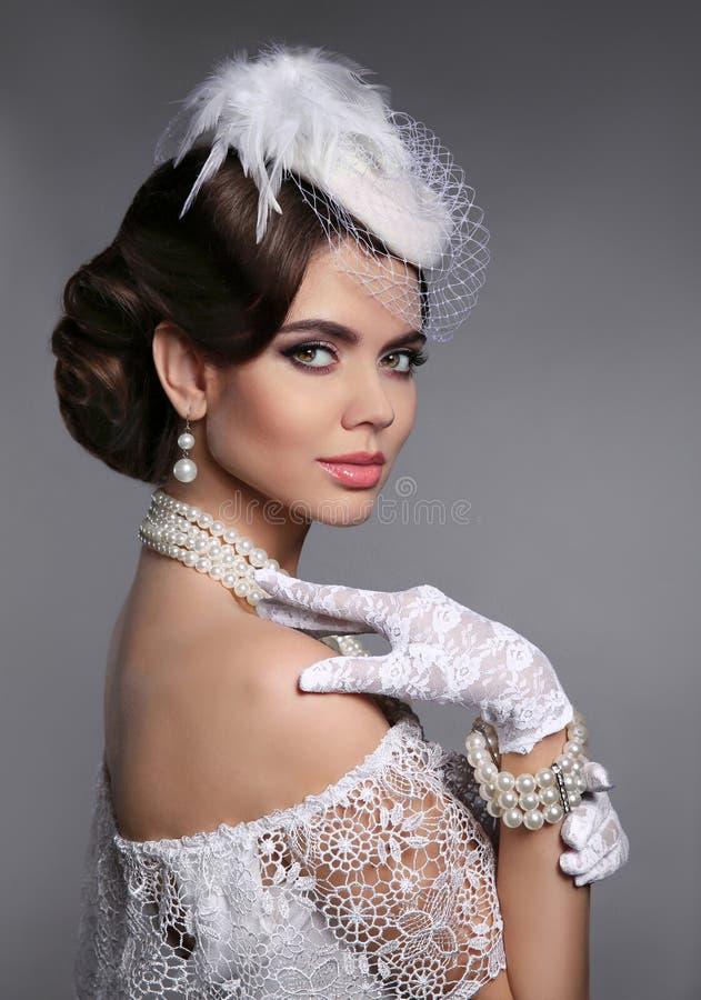 Retro kvinnastående Elegant dam med frisyren, pärlajewelr arkivfoto