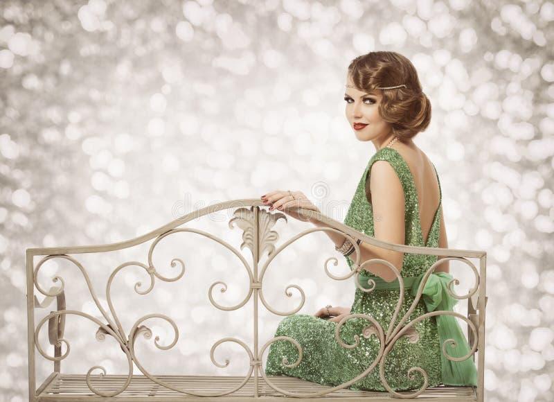 Retro kvinnastående, härlig dam med vågfrisyrsammanträde royaltyfria foton