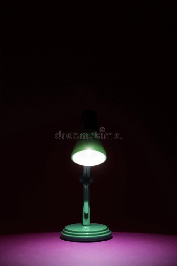 Retro lampada di scrittorio verde sul rosa fotografia stock libera da diritti