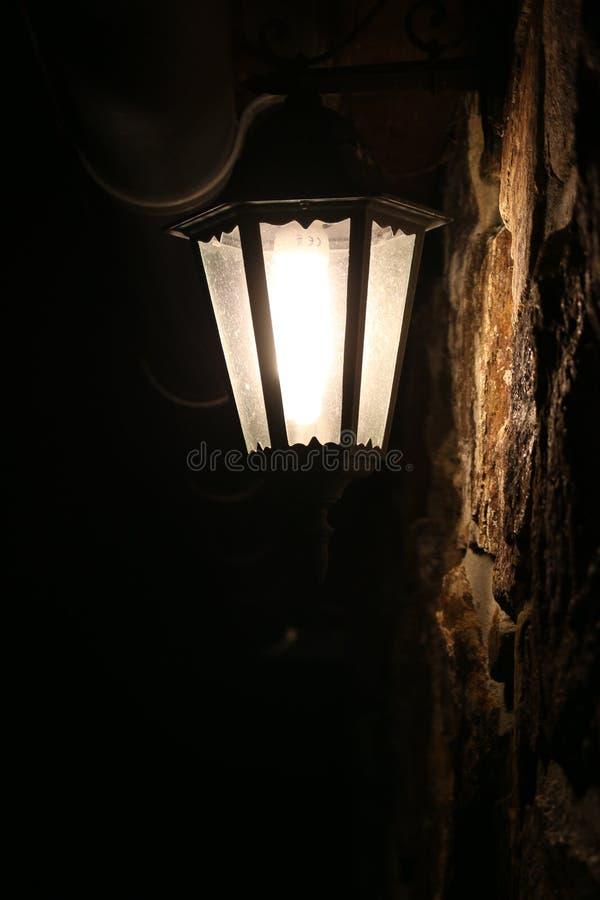 Schon Download Retro  Lampe Auf Steinwand Nachts Stockfoto   Bild Von Stein,  Beleuchtung: 70173744