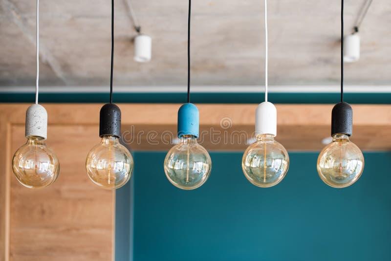 Retro lampen van Edison Gloeiende bollen op grijze muurachtergrond in zolder Concept uitstekende stijl stock foto's