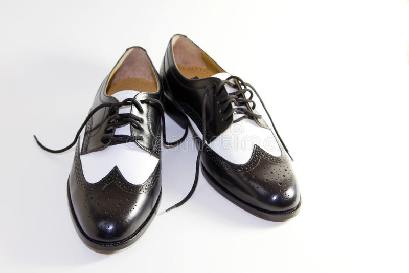 Retro- lederne Kleid-Schwarzweiss-Schuhe der Männer stockbild