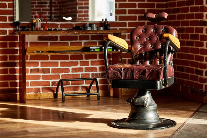 Retro- Lederstuhlfriseursalon in der Weinleseart Friseursalon-Thema lizenzfreies stockbild