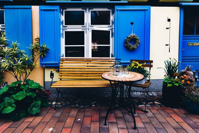 Retro lijst en bank naast het huis in de oude stad van Stralsund stock afbeeldingen