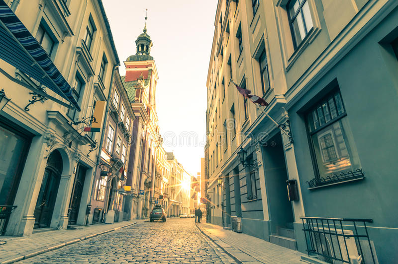 Retro loppvykort för tappning av den smala medeltida gatan i Riga arkivfoton