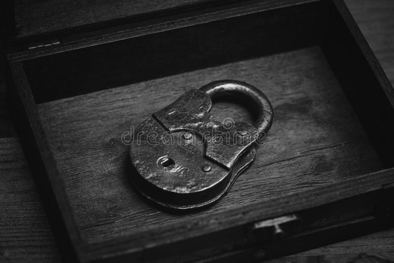 Retro lucchetto del metallo su fondo di legno fotografia stock