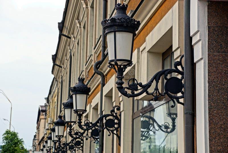 Retro luci della via sulla parete con le finestre fotografia stock