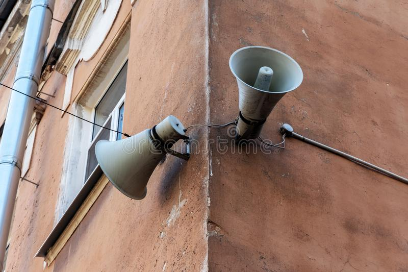 Retro luidspreker twee op een oud gebouw stock foto's