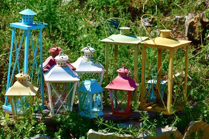 Retro lyktor som dekoreras i en trädgård royaltyfria foton