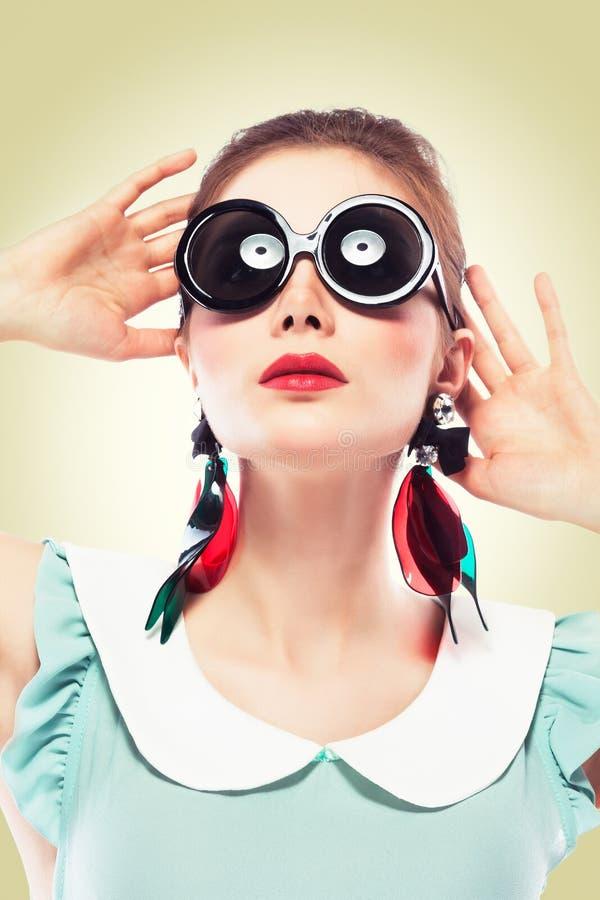 Retro- Mädchen in den runden Sonnenbrillen lizenzfreies stockbild
