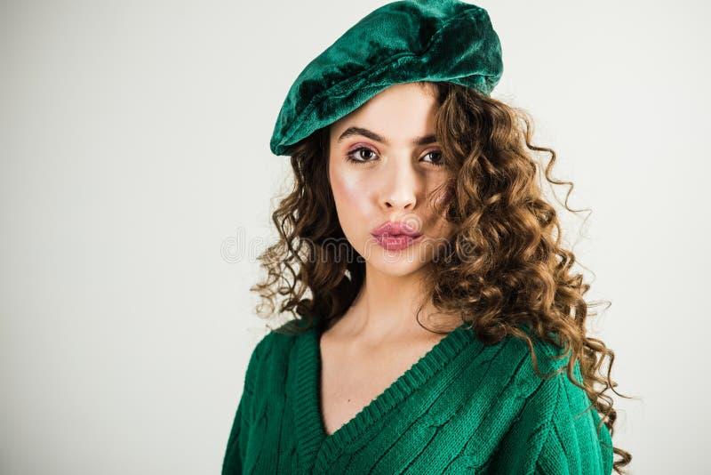 Retro- Mädchen mit stilvollem Make-up und Haar in Paris Modefrau in der grünen Strickjacke Modeblick und Schönheitskonzept stockfotografie