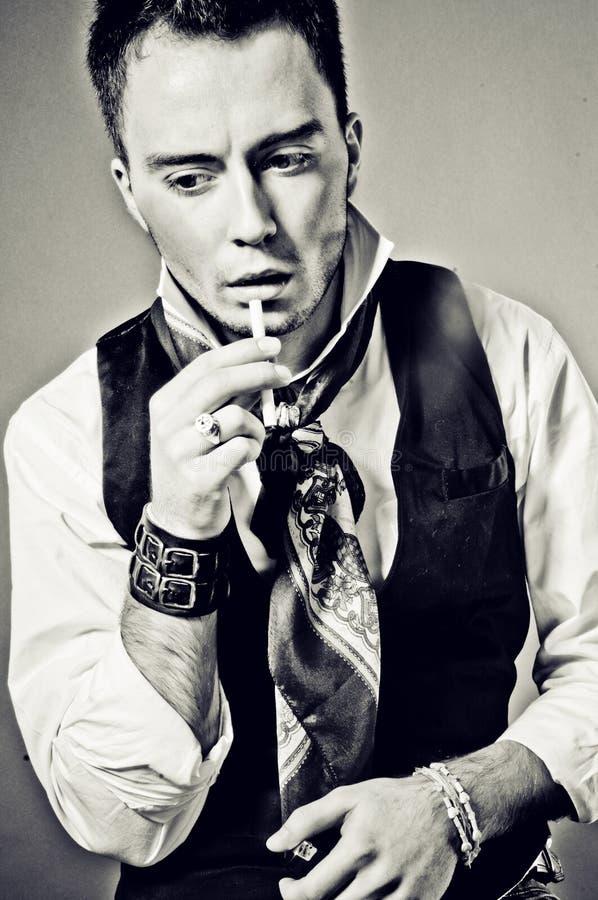 retro mężczyzna papierosowy przystojny portret zdjęcie royalty free