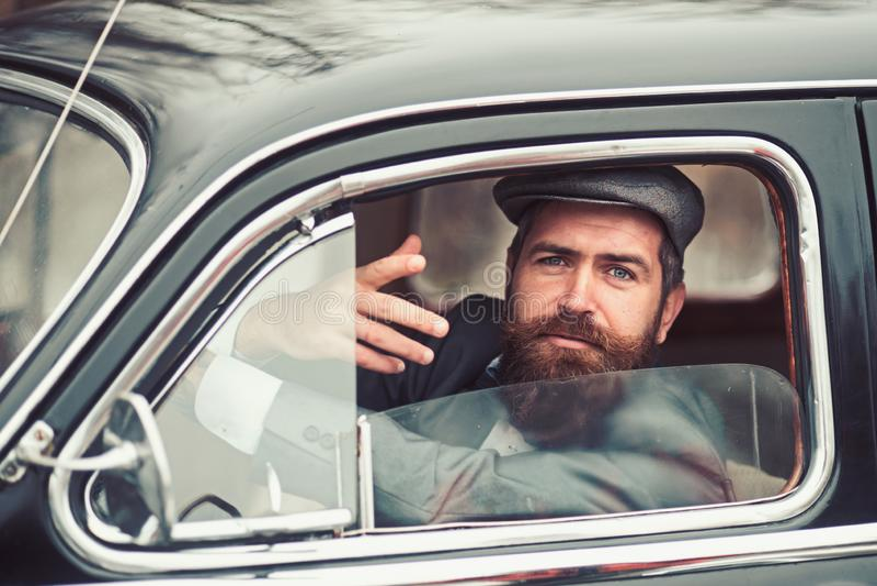 Retro mężczyzna w retro samochodzie pokazuje communicative gest obraz stock