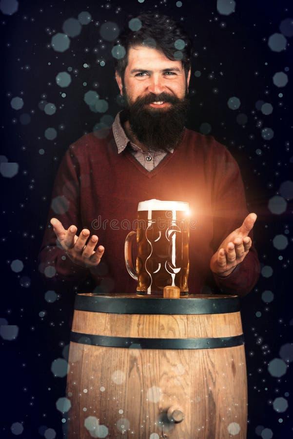 Retro m??czyzna z piwem Szcz??liwy piwowar na Piwnej bary?ce z piwnymi szk?ami Piwo obrazy stock