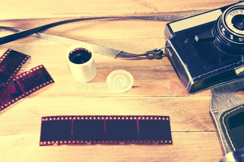 Retro macchina fotografica d'annata su fondo di legno fotografia stock libera da diritti