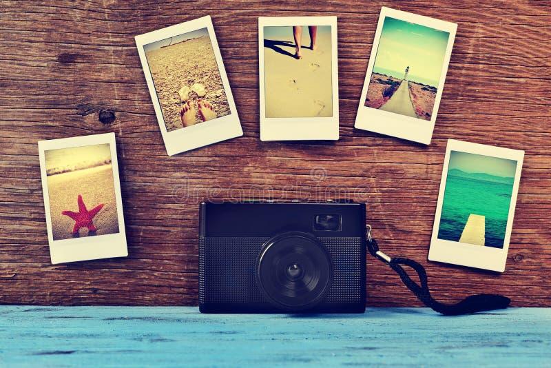 Retro macchina fotografica e foto istantanee delle scene di estate, colpo da me stesso fotografie stock libere da diritti