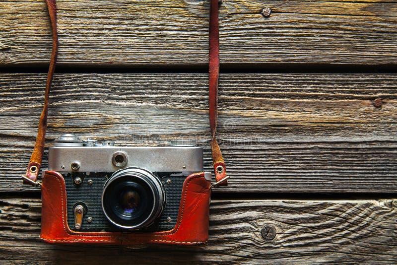 Retro macchina fotografica sul fondo di legno della tavola, tono d'annata di colore fotografie stock
