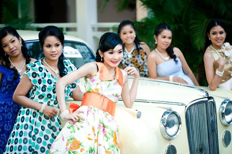 Retro maniervrouwen op de Uitstekende Parade van de Auto stock afbeelding