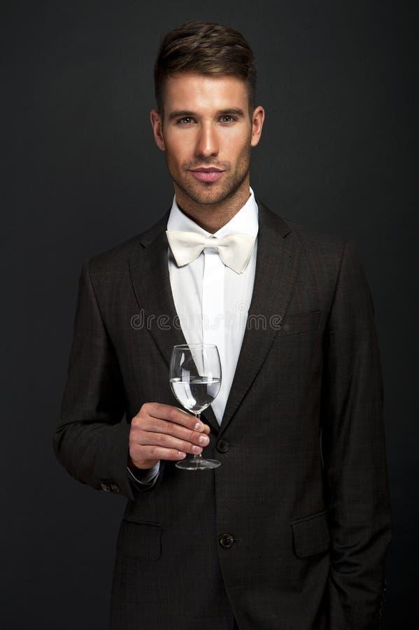 Retro- Mann mit einem Glas stockbild