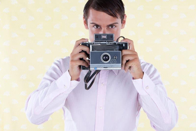 Retro- Mann mit mittlerer Format-Kamera stockbilder
