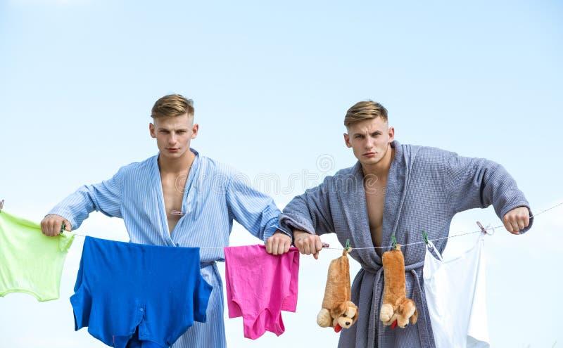 Retro mannelijke huisvrouw tweelingenmensen Meisjezorgen over huis Uitstekende huishoudstermensen Multitasking tweelingen perform stock fotografie