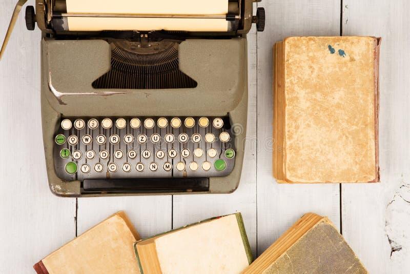 Retro maszyna do pisania i stare rocznik książki na białym drewnianym backgroun obrazy royalty free