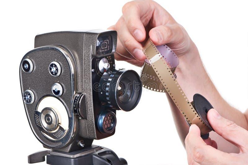 Retro mechanische filmcamera en film in handenexploitant stock foto's