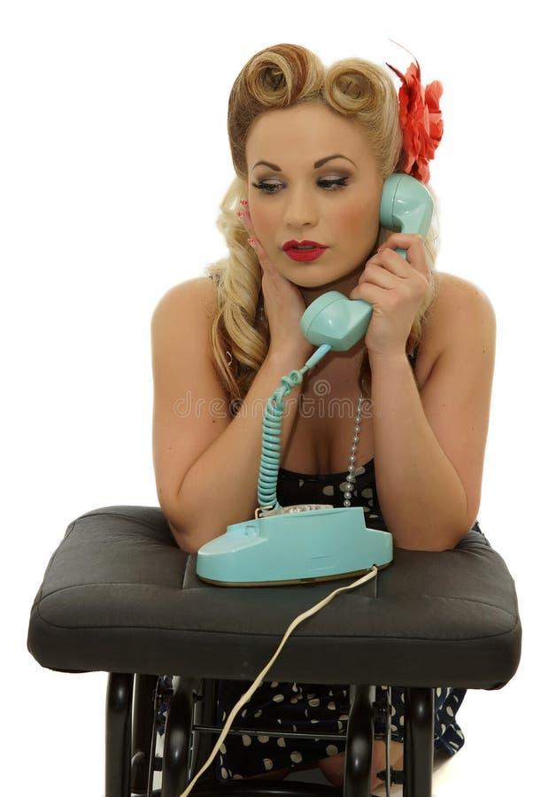 Retro meisje dat op de telefoon spreekt