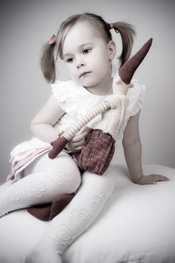 Retro meisje dat op santa wacht royalty-vrije stock afbeelding