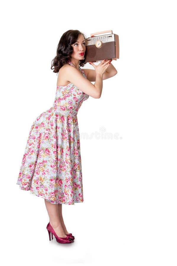 Retro meisje met uitstekende radio op wit stock foto