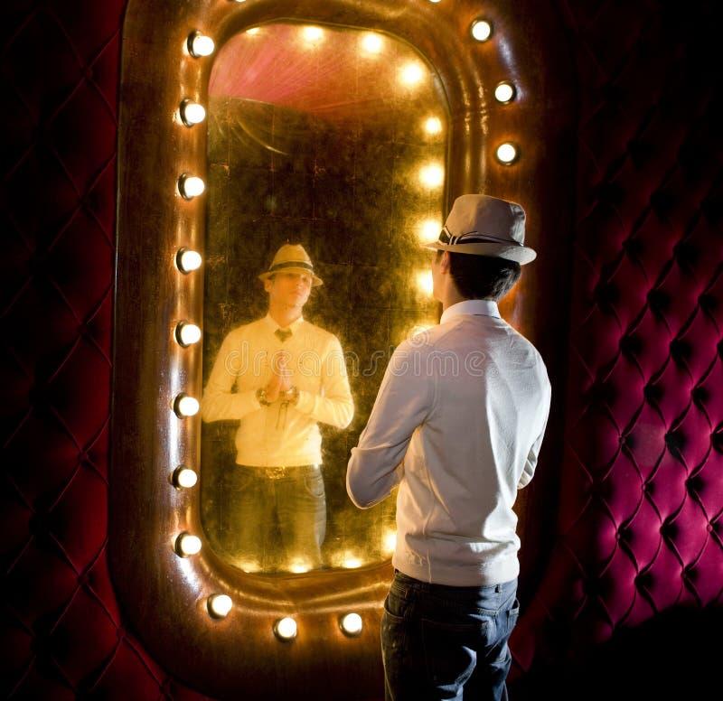 Retro mens kijkt op spiegel royalty-vrije stock fotografie