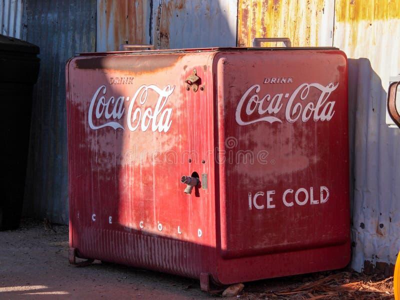Retro metalu czerwony koka-kola chłodno fotografia stock