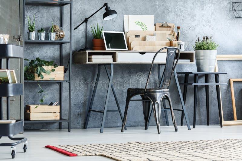 Retro meubilair in bureauruimte royalty-vrije stock afbeeldingen