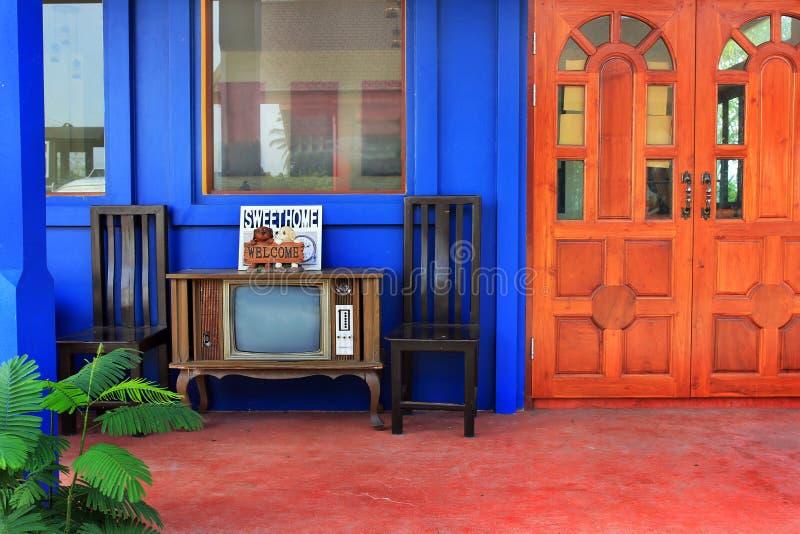 Retro meubilair van het stijlhuis en openlucht stock foto's