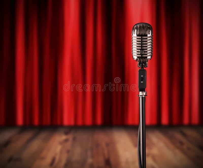 Download Retro Microfono Con La Tenda Rossa Fotografia Stock - Immagine di wooden, apparecchiatura: 55365766