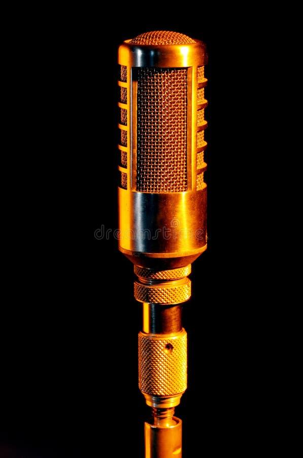 Retro microfono del vocalist dell'oro immagini stock libere da diritti