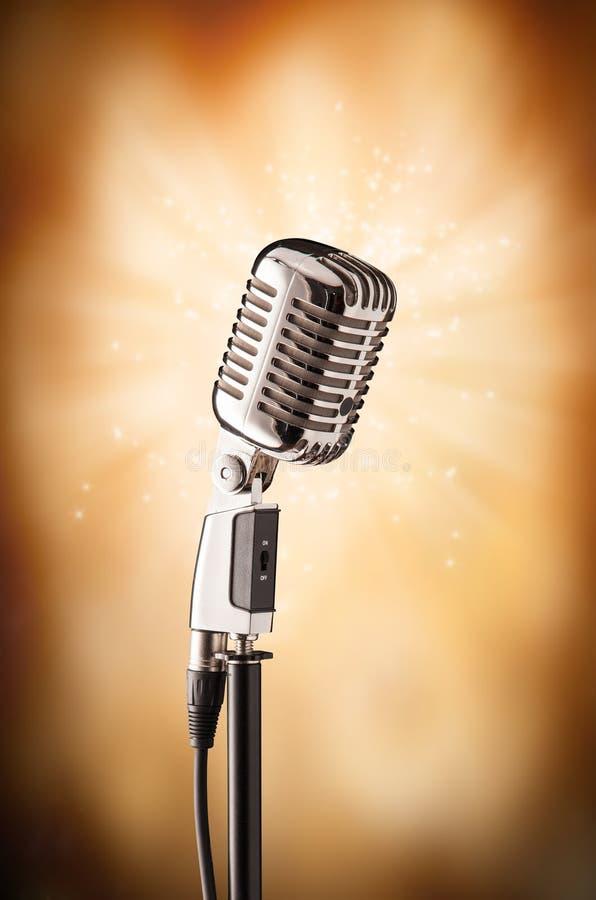 Download Retro microfono di canto fotografia stock. Immagine di copia - 55365810