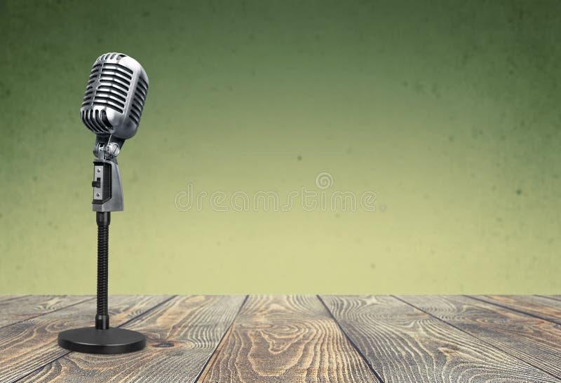 Retro microfono di stile sulla tavola di legno fotografia stock