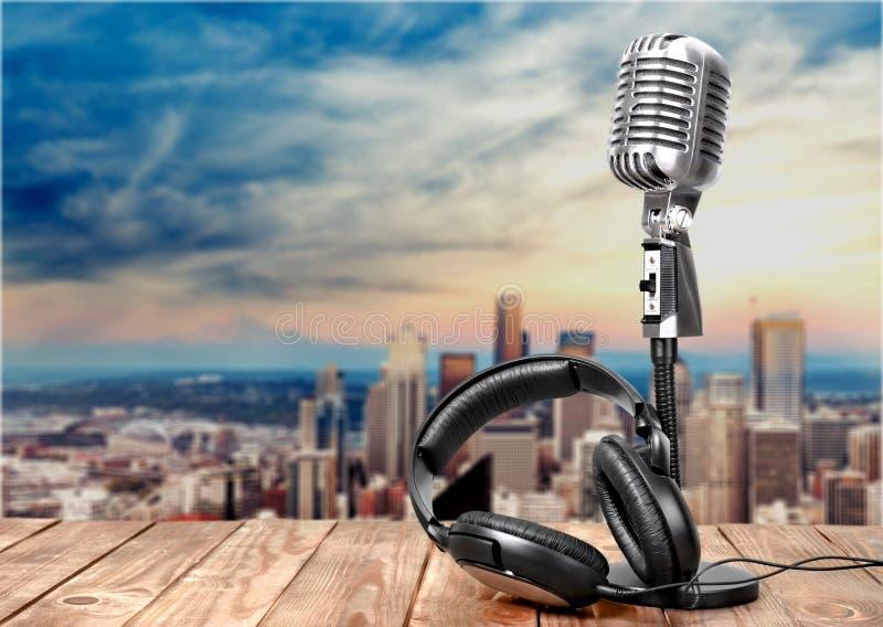 Retro microfono e cuffie di stile sopra fotografia stock libera da diritti