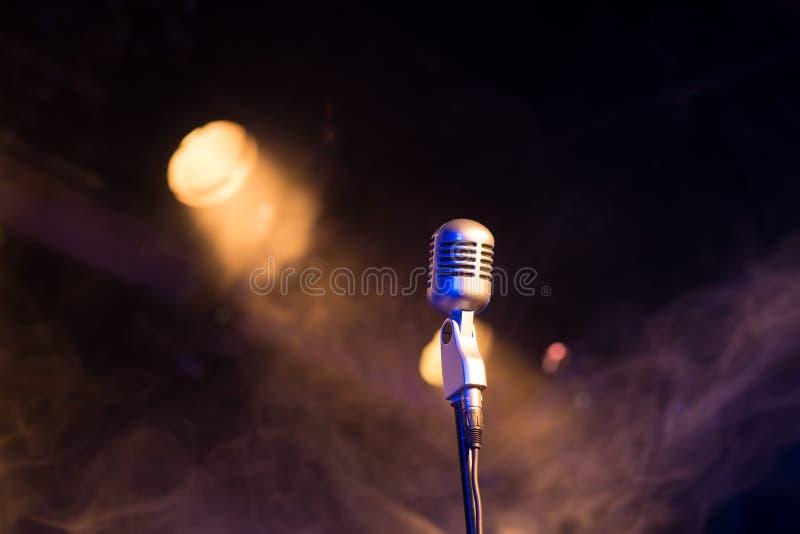 Retro microfono mic, attrezzatura professionale con luce e fumo fotografia stock