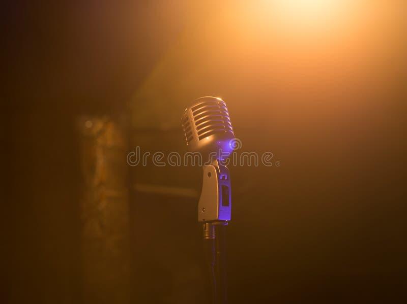 Retro microfono mic, attrezzatura professionale concerto fotografia stock libera da diritti