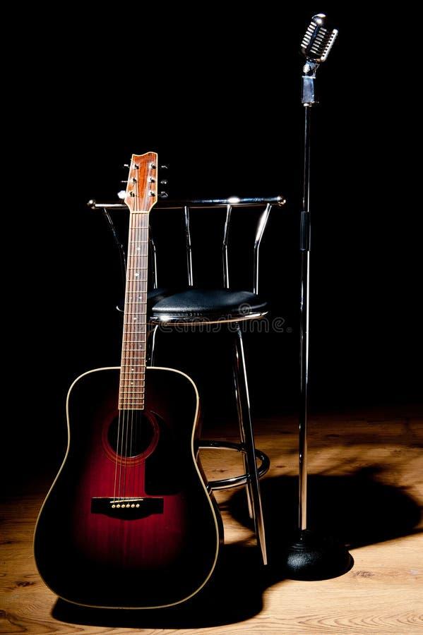 Retro microfono, sgabello e chitarra fotografie stock libere da diritti