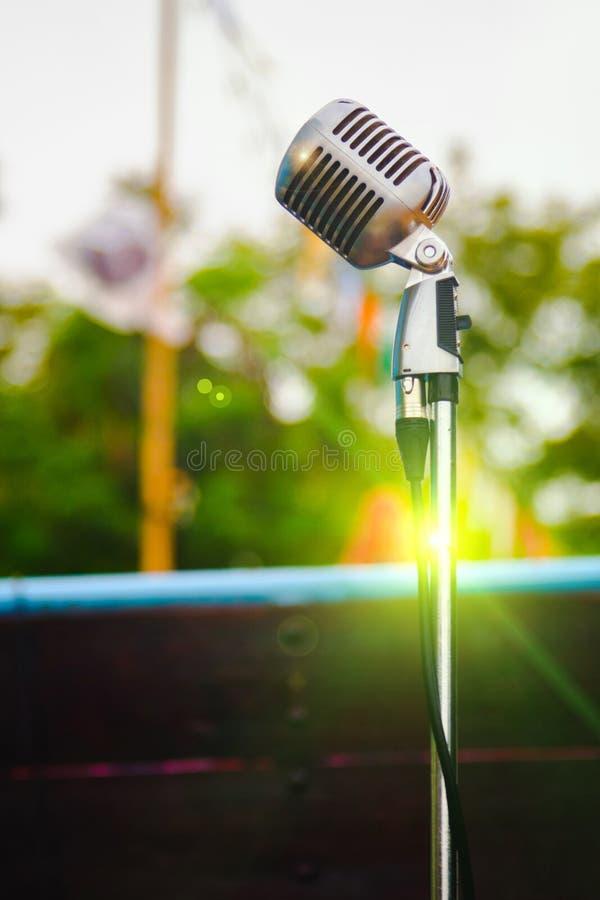 Retro microfono su fondo all'aperto d'annata fotografie stock libere da diritti